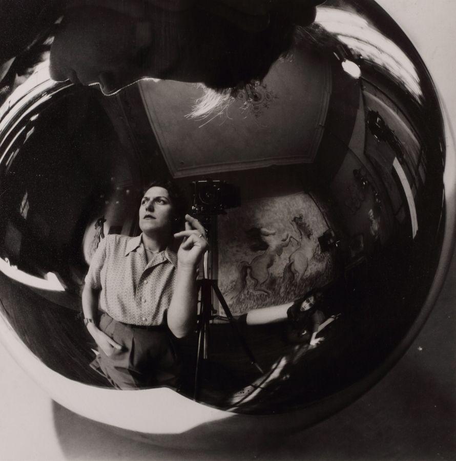 Annemarie Heinrich, Autorretrato con hijos, 1947. Gelatina de plata sobre papel. Vintage print. 24 x 18 cm. Colección Eduardo Costantini, Buenos Aires