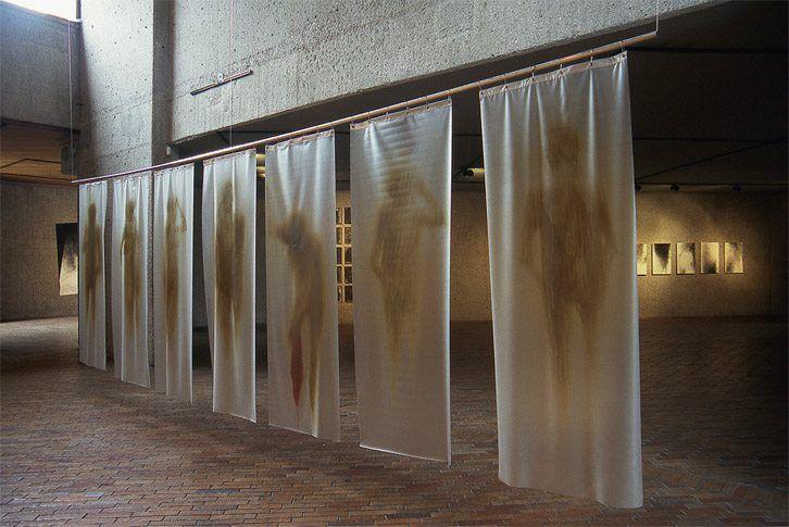 Exposición de Oscar Muñoz, MAMBO, 1996. Foto: Óscar Monsalve