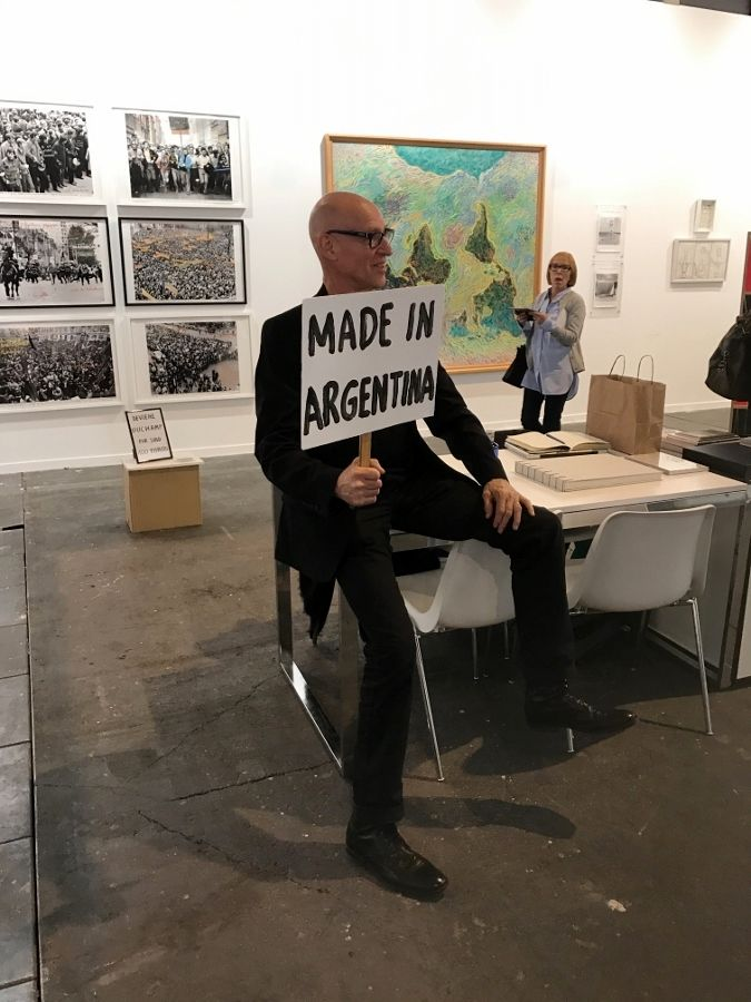 """""""Made in Argentina"""", performance de Carlos Ginzburg en Henrique Faría, feria ARCOmadrid 2017. Foto cortesía de la galería"""