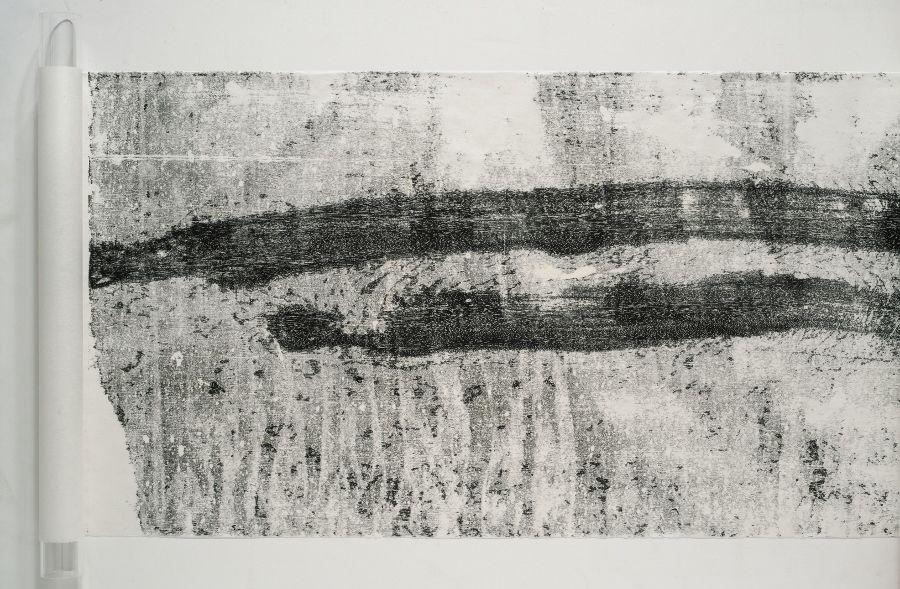 Maria Laet (1982, Río de Janeiro), Caminho (Camino). 2016. Monoimpresión, composición de 51 x 218 cm y hoja de 51 x 283 cm.