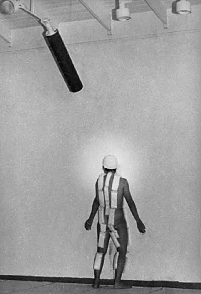 MARIA EVELIA MARMOLEJO Documentación fotográfica del performance 11 de Marzo, 1982. Impresión de pigmento libre de ácido sobre papel de algodón, 29,8 × 21 cm cada una. Foto: Camilo Gómez
