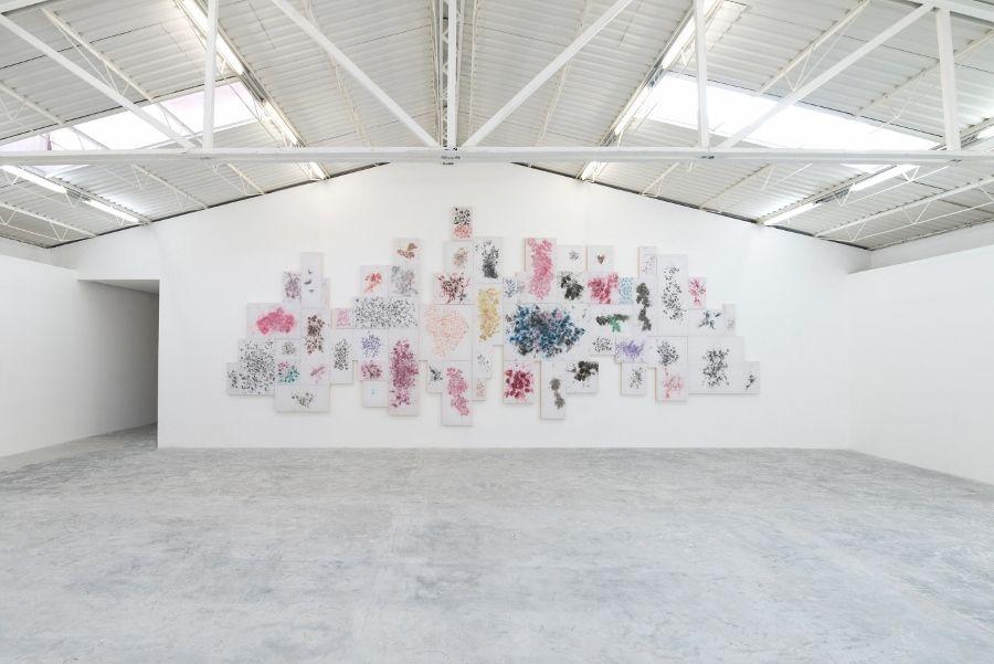 """Vista de la exposición """"Doble Fondo"""", de Tercerunquinto en PROYECTOSMONCLOVA, Ciudad de México, 2017. Cortesía de la galería"""