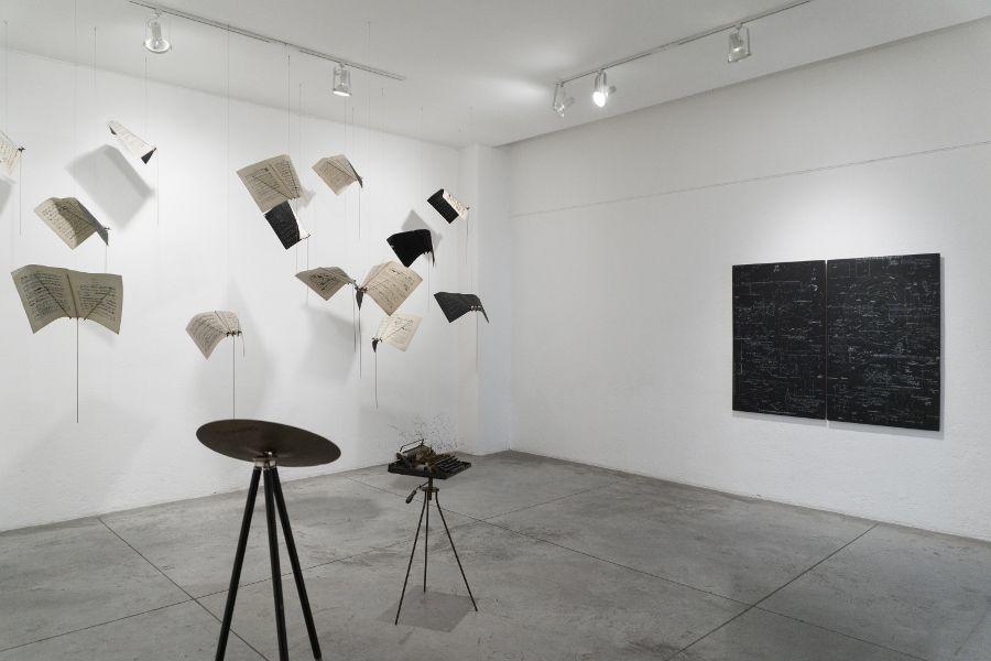 Vista de la exposición Uni - versos, de María Edwards, en Arróniz Arte Contemporáneo, Ciudad de México, 2017. Cortesía de la artista