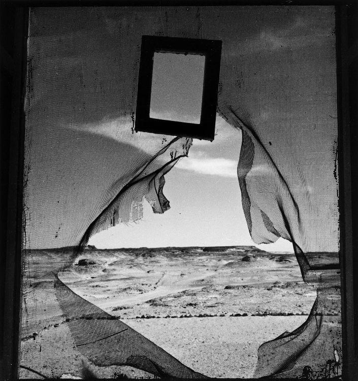 Lee Miller, Retrato del Espacio, Al Bulwayeb, cerca de Siwa, Egipto, 1937, copia moderna a partir de copia antigua., gelatina de plata, 30,5 x 27,5 cm. (c) Lee Miller Archives, Inglaterra