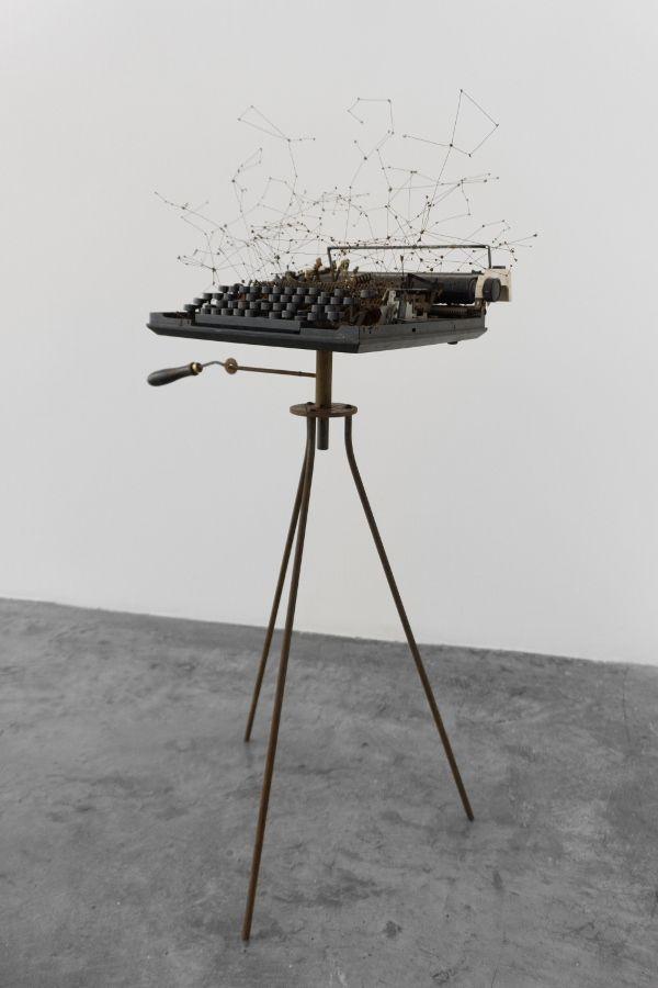 Verso I. Vista de la exposición Uni - versos, de María Edwards, en Arróniz Arte Contemporáneo, Ciudad de México, 2017. Cortesía de la artista