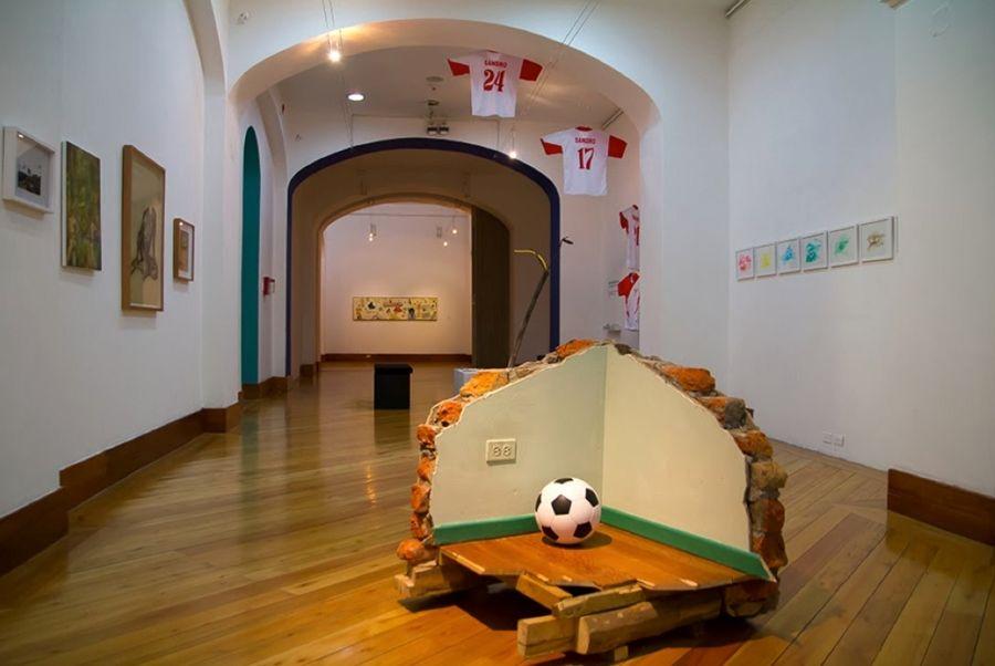 """Santiago Reyes, Imitation of life 2, Football Story, 2013, instalación en la exposición """"(Ya no) es mágico el mundo"""", CAC, Quito, 2013. Foto: Pablo Jijón"""