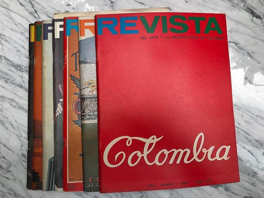 Colección de volúmenes de Re-Vista del Arte y la Arquitectura en Colombia. Cortesía: Julián Posada.