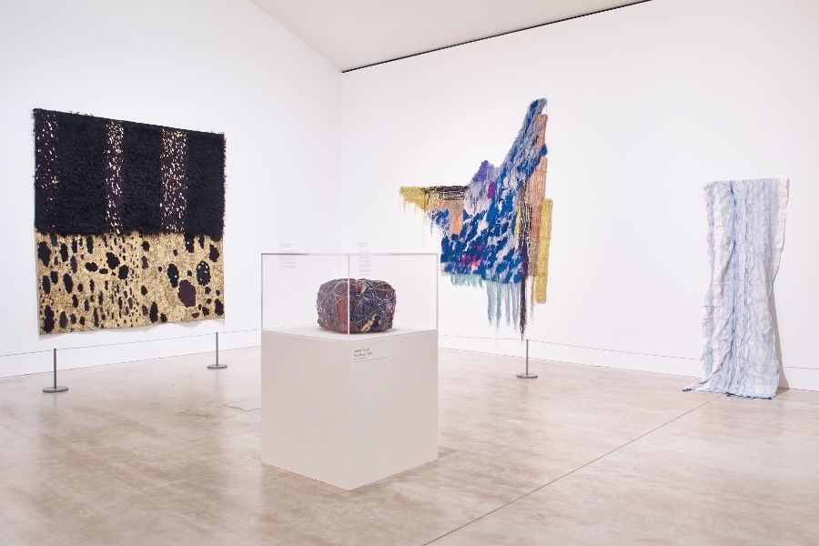 "Vista de la exposición ""Entangled: Threads & Making"", en Turner Contemporary, Margate, Reino Unido, 2017. Foto: Stephen White"