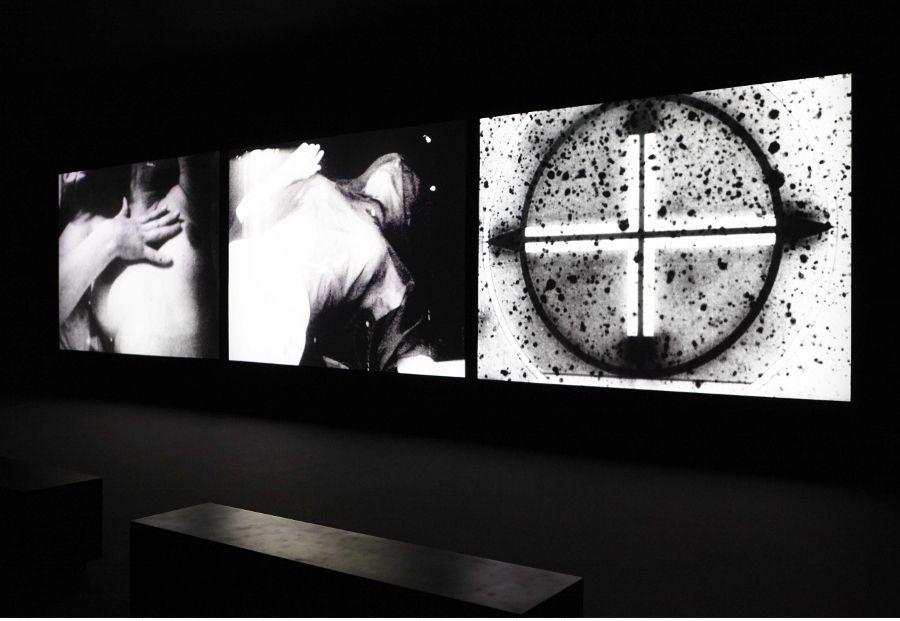 """Vista de la exposición """"Es todo cierto"""", de Bruce Conner, en el Museo Reina Sofía, Madrid, 2017. Cortesía: Archivo fotográfico del MNCARS"""