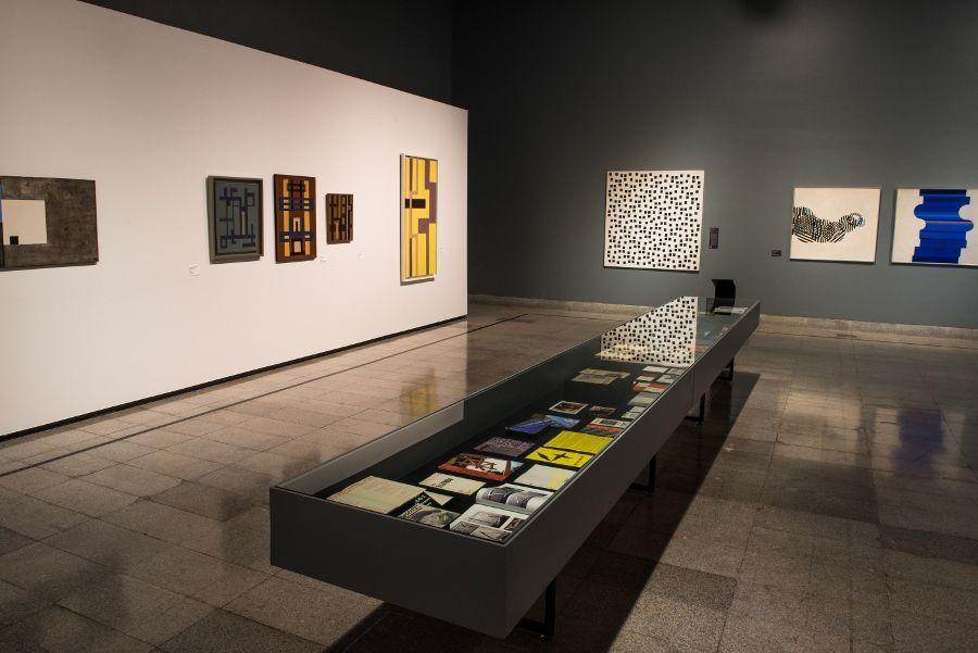 """Vista de la exposición """"La revolución de las formas. 60 años de arte abstracto en Chile"""", en el CCLM, Santiago, 2017. Foto: Cyril Pérez. Cortesía: Centro Cultural La Moneda"""