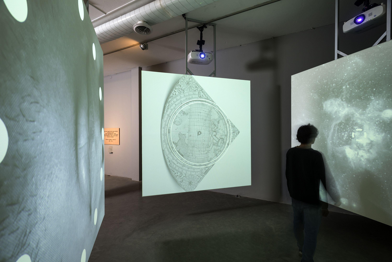 """Vista de la exposición """"Hacia una nueva orilla"""", curada por Claudia Segura. Video instalación """"O"""", de Pedro Torres, 2016. Foto: Oscar Monsalve"""
