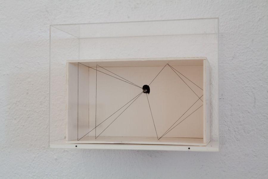 Esther Ferrer, Serie Proyectos espaciales, 1980-1990. Hilo, cable o elástico y clavos, 25,5 x 35 x 25 cm. Colección olorVisual, Barcelona. Cortesía: Fundació Joan Miró