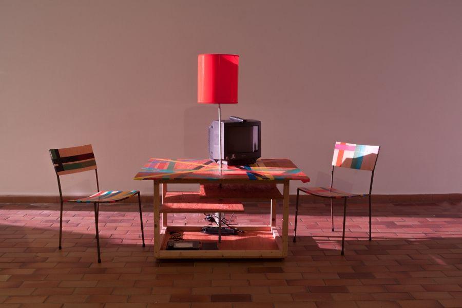 Franz West, Creativity Furniture Reversal (Creatividad: cambio de mobiliario), 1999, instalación convarios objetos, video. Cortesía de la Galerie Elisabeth & Klaus Thoman, Innsbruck/Viena