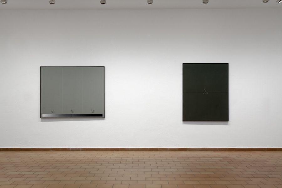 Joan Hernández Pijuan, Tres copas sobre gris claro (1971, óleo sobre tela), y Pequeño corte sobre 110 cm (1972, óleo sobre tela). Cortesía: Fundació Joan Miró
