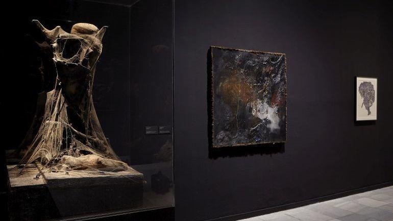 """Vista de la exposición """"Es todo cierto"""", de Bruce Conner, en el Museo Reina Sofía, Madrid, 2017. Cortesía: Archivo fotografico del MNCARS"""
