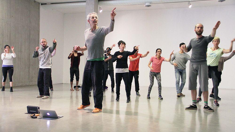RETROSPECTIVA POR XAVIER LE ROY con estudiantes de la Maestría Interdisciplinar en Teatro y Artes Vivas de la Universidad Nacional. Vista de ensayos colectivos en NC-arte, Bogotá, 2017. Foto cortesía de NC-arte