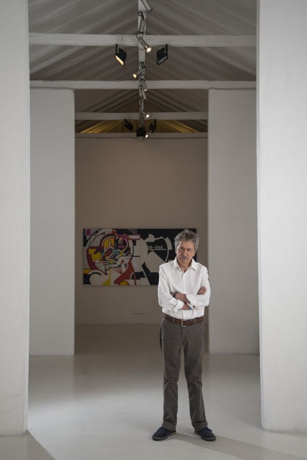 Alberto Sierra en la galería de La Oficina. Fotografía cortesía de Esteban Duperly