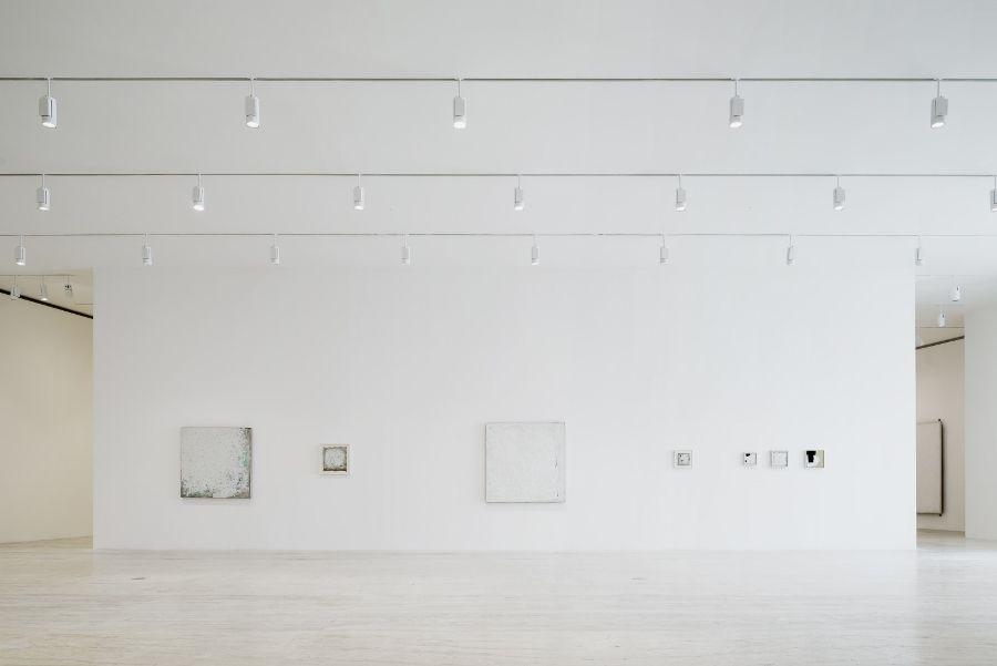 Vista de la exposición de Robert Ryman en el Museo Jumex, Ciudad de México, 2017. Cortesía: Museo Jumex. Foto: Moritz Bernoully