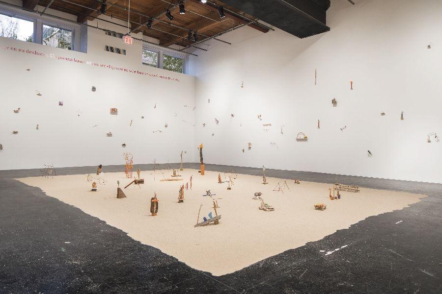 Cecilia Vicuña, Precarios, 1966-2017, instalación site-specific de 117 esculturas hechas a partir de objetos encontrados. Cortesía de la artista y el CAC New Orleans. Foto: Alex Marks.