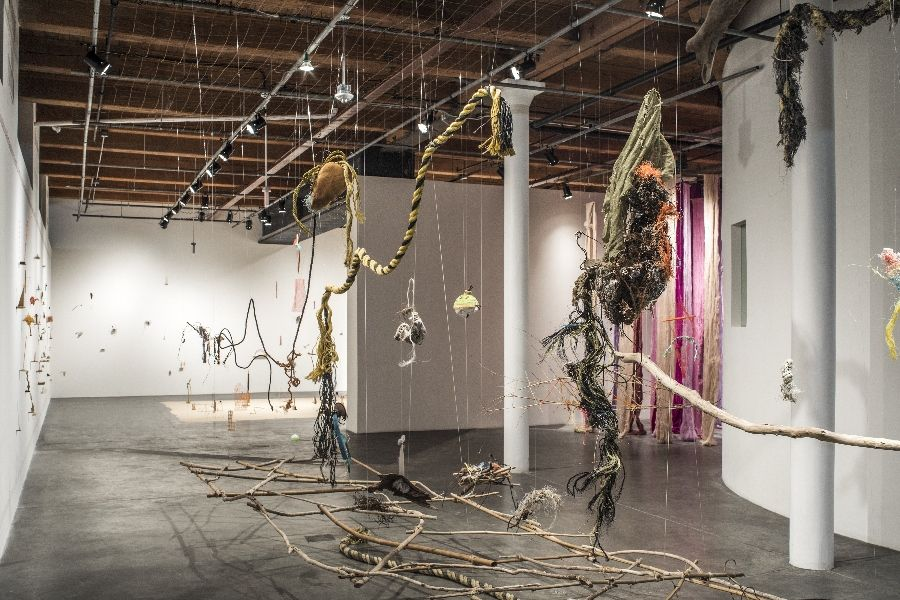 Cecilia Vicuña, Balsa Snake Raft to Escape the Flood, 2017, instalación site-specific hecha con materiales encontrados en Nueva Orleans, Chile y Nueva York. Cortesía de la artista y el CAC New Orleans. Foto: Alex Marks.