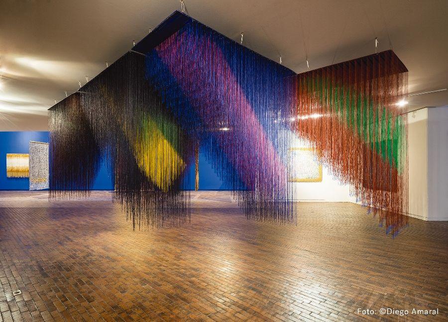 """Brumas, de Olga de Amaral. Vista de la exposición """"Expansiones"""" en el Museo de Arte Moderno de Bogotá (MAMBO), 2017. Foto: Diego Amaral"""