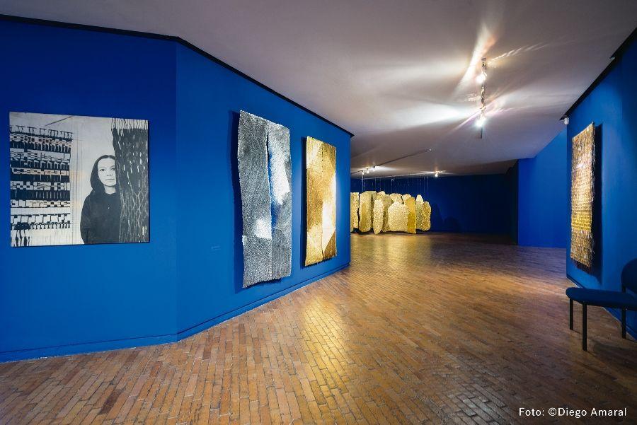 """Olga de Amaral. Vista de la exposición """"Expansiones"""" en el Museo de Arte Moderno de Bogotá (MAMBO), 2017. Foto: Diego Amaral"""