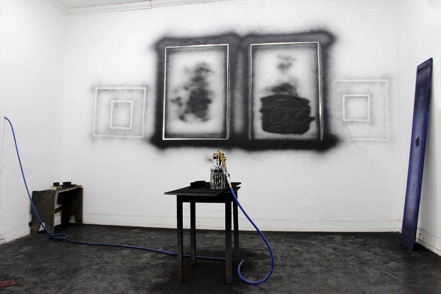 """Vista de la exposición """"Clase / El trabajo de los otros"""", de Víctor Flores, en Sagrada Mercancía, Santiago de Chile, 2017. Cortesía del espacio"""