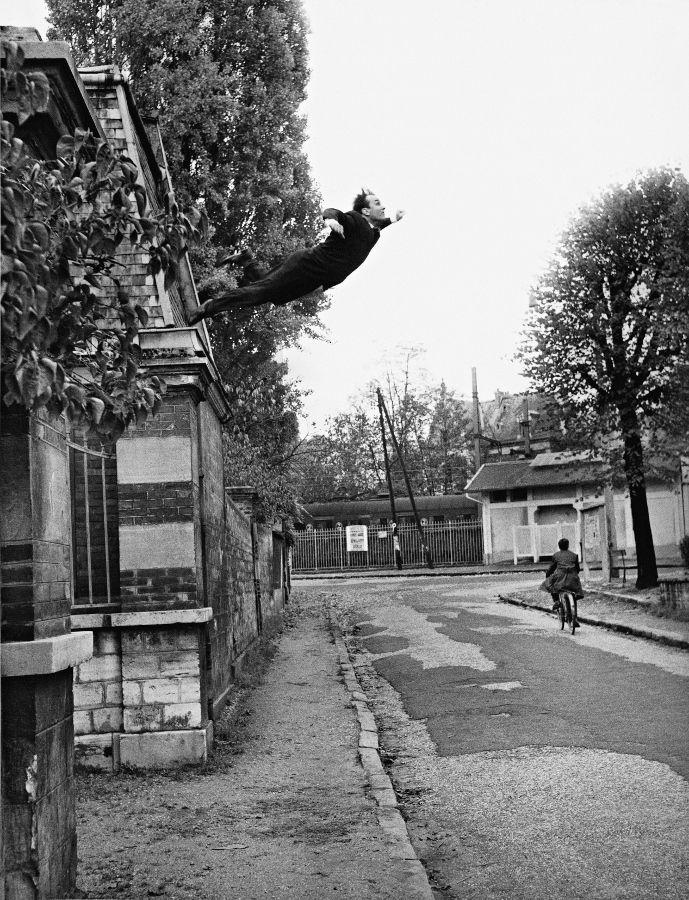El salto en el vacío , Octubre 1960, 5, rue Gentil-Bernard, Fontenay aux Roses. (Según el título dado en su periódico, Dimanche, 27 de noviembre de 1960, el título es: «¡Un hombre en el espacio! ¡El pintor del espacio se echa al vacío!»). Acción artística de Yves Klein. © Succession Yves Klein, ADAGP, Paris / SAVA, Buenos Aires, 2017. Foto: Shunk-Kender © J. Paul Getty Trust. The Getty Research Institute, Los Angeles