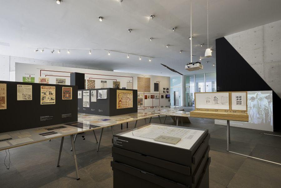 """Vista de la exposición """"Juan Acha. Despertar Revolucionario"""", en el MUAC de la UNAM, Ciudad de México, 2017. Foto: Oliver Santana. Cortesía MUAC"""