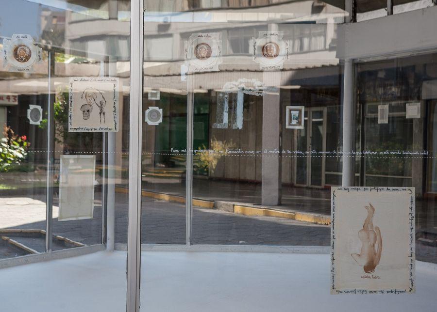 """Juan Castillo, """"De la circulación de las imágenes"""". Vista de la exposición en Galería Tajamar, Santiago de Chile, 2017. Foto: Galería Tajamar"""