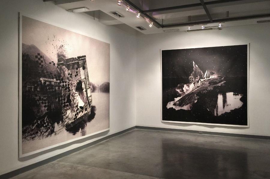 Nicole Franchy. Vista de la exposición (Izq: Black Wasser III, Black Wasser I). Collage, impresión digital sobre lienzo. Foto: O. Zaya