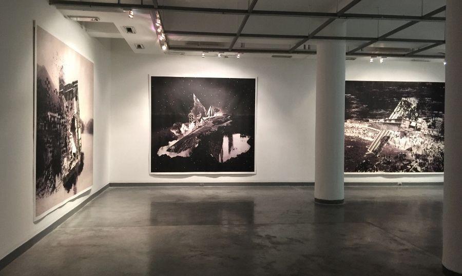 Nicole Franchy. Vista de la exposición (Izq: Black Wasser III, Black Wasser I, Black Wasser II). Collage, impresión digital sobre lienzo. Foto: O. Zaya