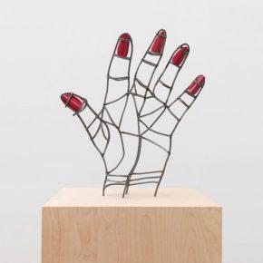 Teresa Burga, Mano mal dibujada, 2015, acero y barniz, 42 x 36 x 8.5 cm. Cortesía de la artista y Galerie Barbara Thumm, Berlín