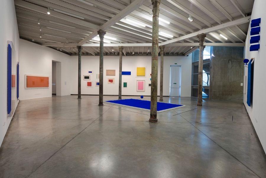 """Vista de la exposición """"Yves Klein. Retrospectiva"""", en Fundación PROA, Buenos Aires, 2017. Cortesía: PROA"""