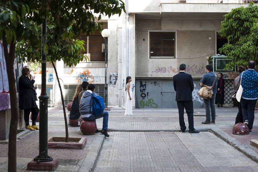 Regina José Galindo, Presencia, 2017, performance en la calle Elpidos, Atenas, documenta 14. Foto: Stathis Mamalakis