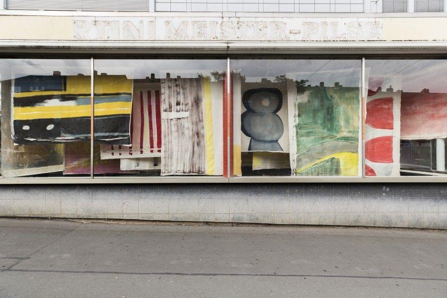 Vivian Suter, Nisyros, 2016–2017, vista de la instalación en Glass Pavilions, Kassel, documenta 14. Foto: Fred Dott