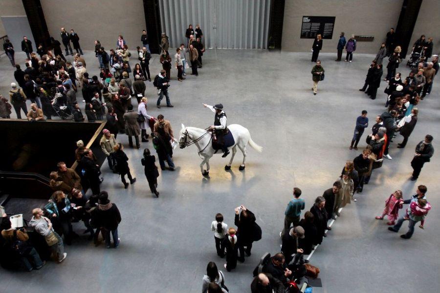 Tania Bruguera, Tatlin's Whisper #5, 2008, performance en Tate Modern, Londres. Cortesía: Tate Modern
