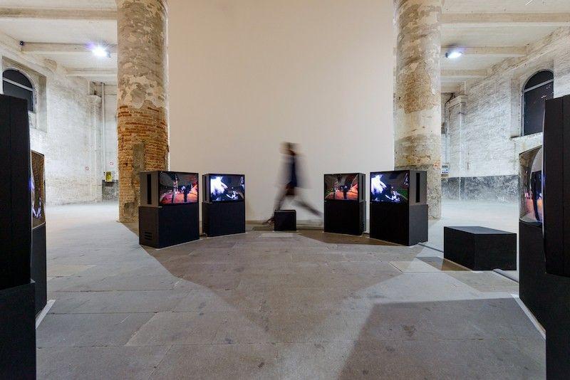 """Juan Downey, o círculo de incêndios, 1979, instalação de vídeo em dois canais, cor, o som, oito monitores, 10 min.  vista da instalação na 57ª Bienal de Veneza, """"Viva Arte Viva"""".  Foto: Andrea Avezzu.  Cortesia: La Biennale di Venezia"""