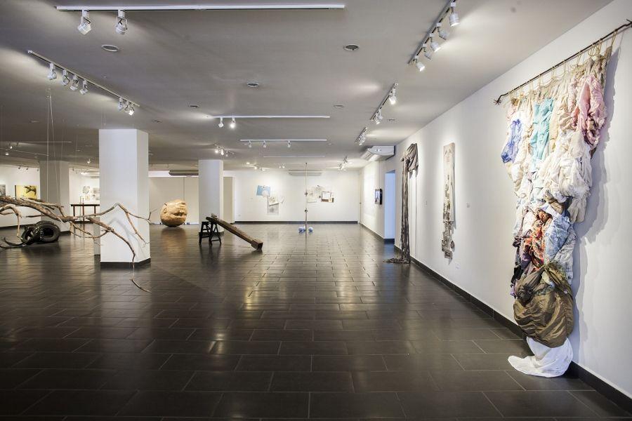 """Vista de la exposición """"Equilibrio y Colapso"""", de Patricia Belli, en el Centro Arte de la Fundación Ortiz-Gurdián, Managua, 2017. Cortesía: Centro Arte de la Fundación Ortiz-Gurdián"""
