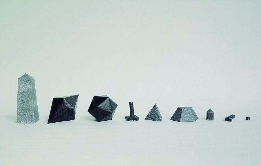 David Cevallos D., Sin título (Joyas de petróleo), 2017, piezas de papel plegado, medidas variables. No Lugar- Arte Contemporáneo, Quito
