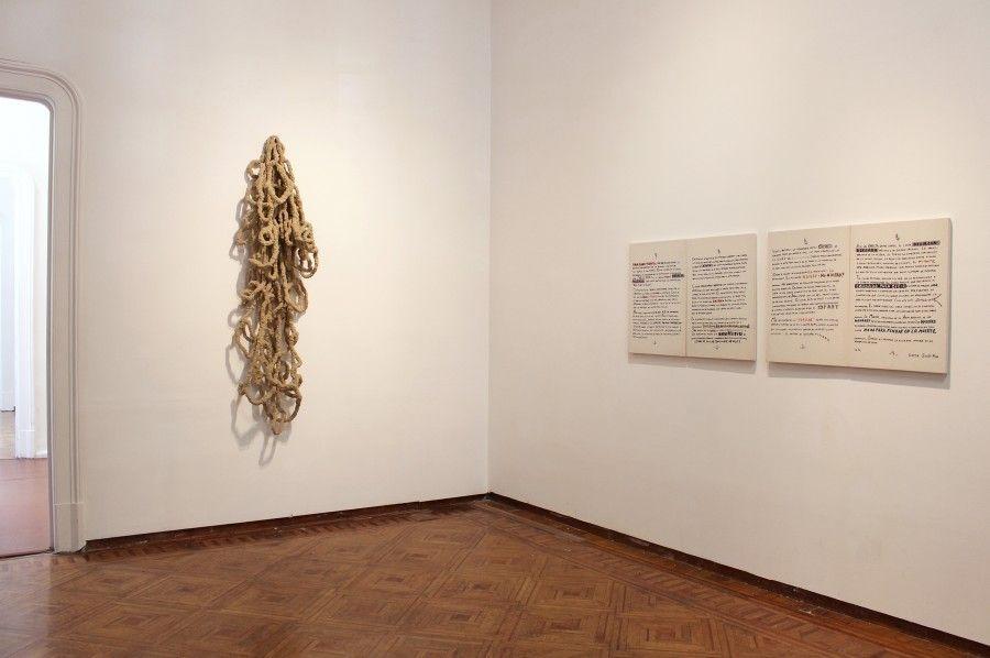 Carlos Arias, Saturación en línea, 2001 – 2004. Nylon. 200 x 70 x 40 cm / Texto para catálogo, 1996. Bordado sobre tela Escrito por Lorna Scottfox. 95 x 65 cm c/u (4 piezas). Cortesía: Marso
