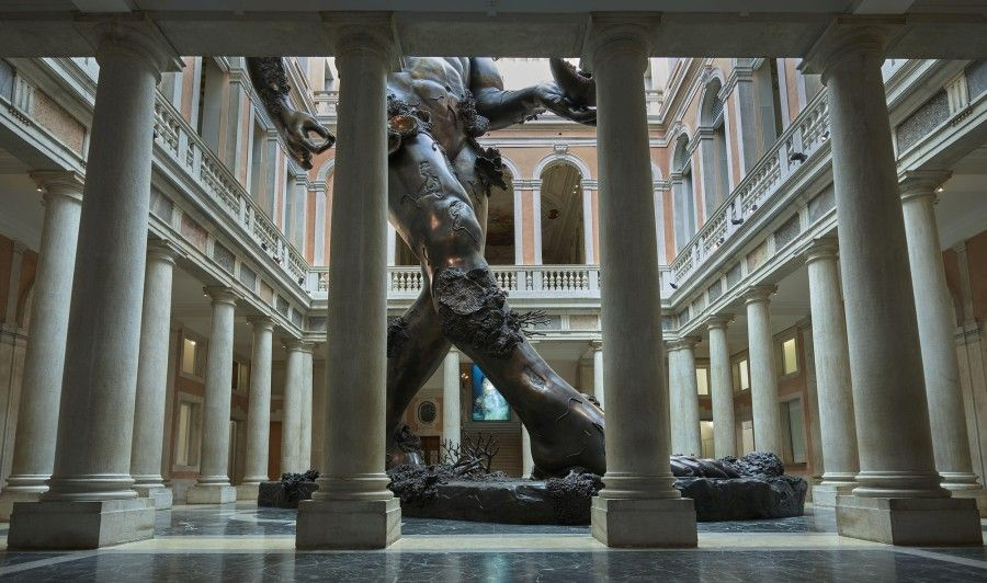 Damien Hirst, Demon com Bowl (Exposição Alargamento).  Palazzo Grassi.  Foto: Prudence Cuming Associates © Damien Hirst e Ciência Ltd. Todos os direitos reservados DACSSIAE 2017