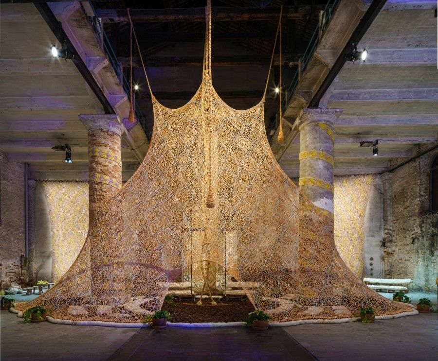 Ernesto Neto, Um lugar sagrado, 2017. Vista da instalação na 57ª Bienal de Veneza de 2017. Cortesia La Biennale di Venezia.  Foto Andrea Avezzu.