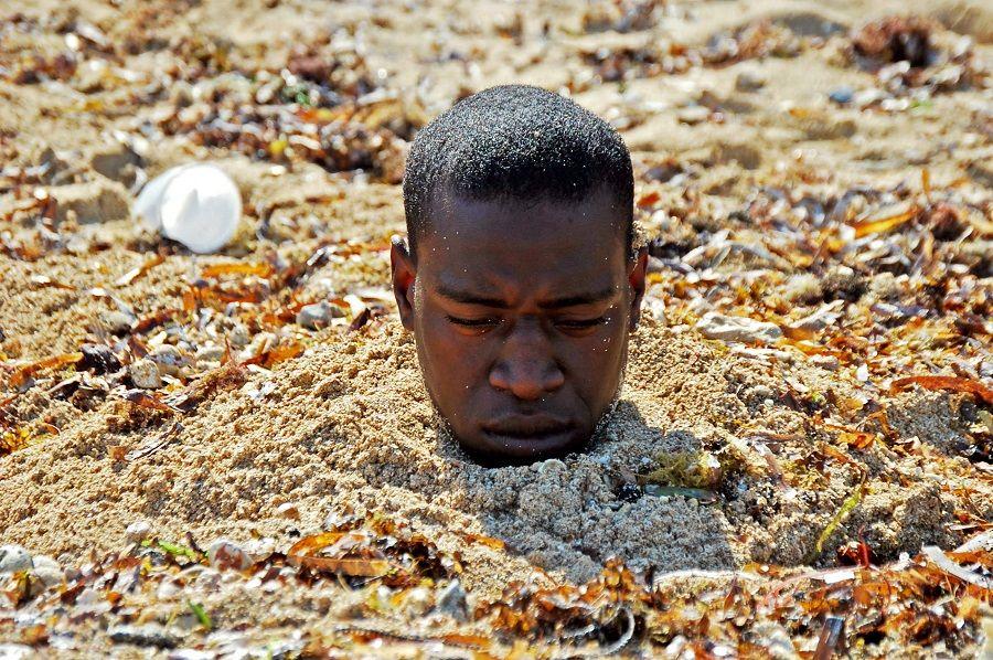 Tide, o artista cubano Carlos Martiel.  Uma das obras a serem analisados no seminário que dita Coco Fusco.  Foto cedida BP.17