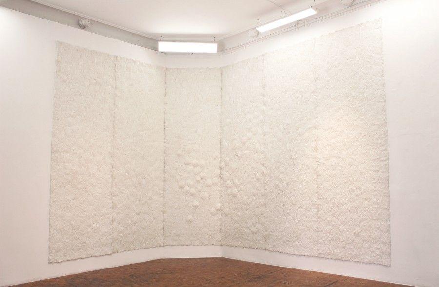 Carlos Arias, Muro de hilo, 2000 - 2001. Hilo. 370 x 770 cm. Cortesía: Marso