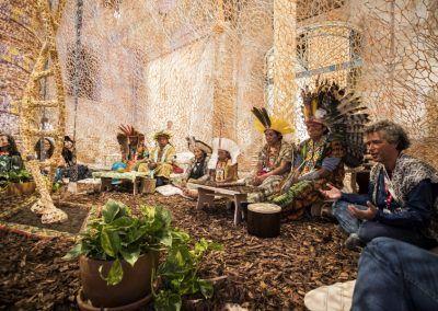 Ernesto Neto, Encuentro con los Huni Kuin – Boa Dance con los Huni Kuin (performance). Vista en la 57° Bienal de Venecia. Foto: Jacopo Salvi. Cortesía: La Biennale di Venezia