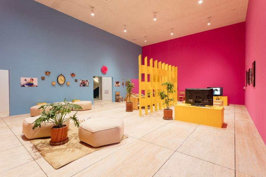 """Vista de la exposición de Pablo Helguera, """"Dramatis Personæ. El Instituto de la Telenovela"""", en el Museo Jumex, Ciudad de México, 2017. Cortesía: Museo Jumex"""