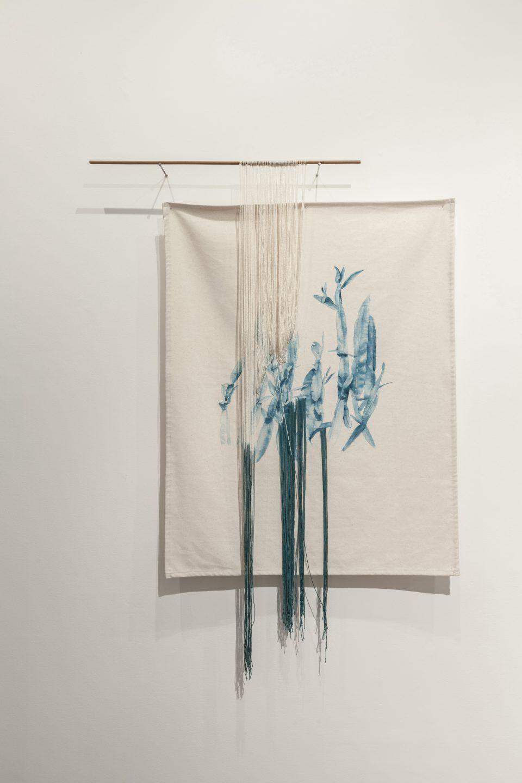 Ana Teresa Barboza, Baccharis Genistelloides, 2017, tinte natural en fibra de algodón, 1,10 x 86 cm. Vista de la exposición en Wu Galería, Lima. Foto: Eduardo Hirose