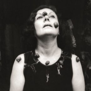Graciela Iturbide, Autorretrato, 1993, 40 x 40 cm. Cortesía: Cecilia Brunson Projects Chile