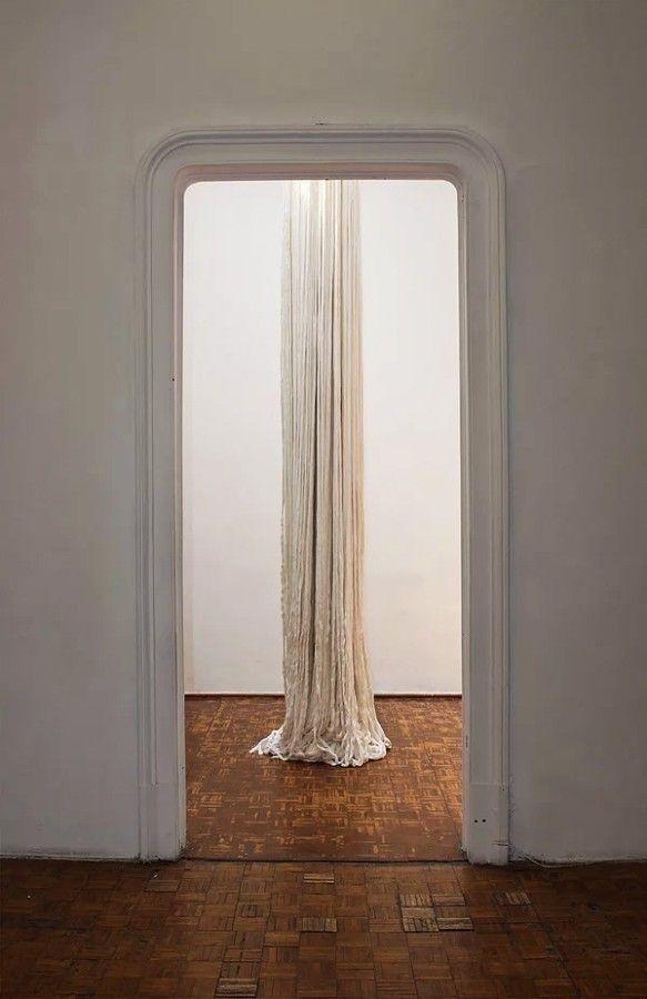 Carlos Arias, Columna, 2006. Hilo y estructura de fierro. 550 x 45 cm. Cortesía: Marso